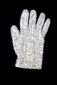 A icônica luva branca cravejada de brilhos usada pelo Rei.